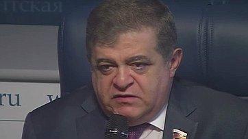 Владимир Джабаров принял участие ввидеобрифинге «33 вопроса политику» впресс-центре «Парламентской газеты»
