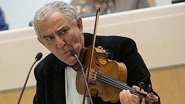 Входе «Времени эксперта» выступил скрипач М.Казиник