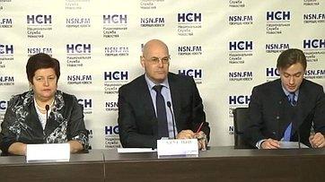 В. Круглый и Л. Козлова на пресс-конференции на тему: «Лишние» больницы: Борьба за качественные медицинские услуги или повод для коррупции?»