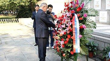 Церемония возложения венков к памятнику советским летчикам-добровольцам в парке «Освобождение» города Ухань (КНР)