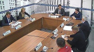 Эдуард Исаков выступил модератором «круглого стола» натему «Где будут выступать российские паралимпийцы?» впресс-центре «Парламентской газеты»
